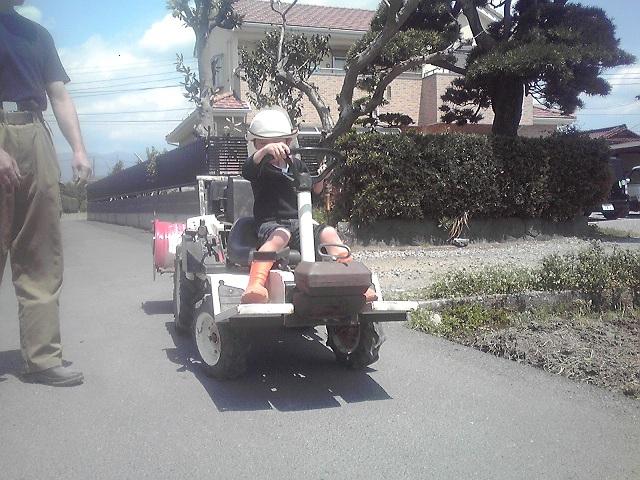 小型トラクター運転