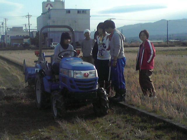 トラクターの耕運1